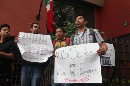 Protestan contra masacre de normalistas en la representación del gobierno de Guerrero en el DF. Foto: Benjamin Flores