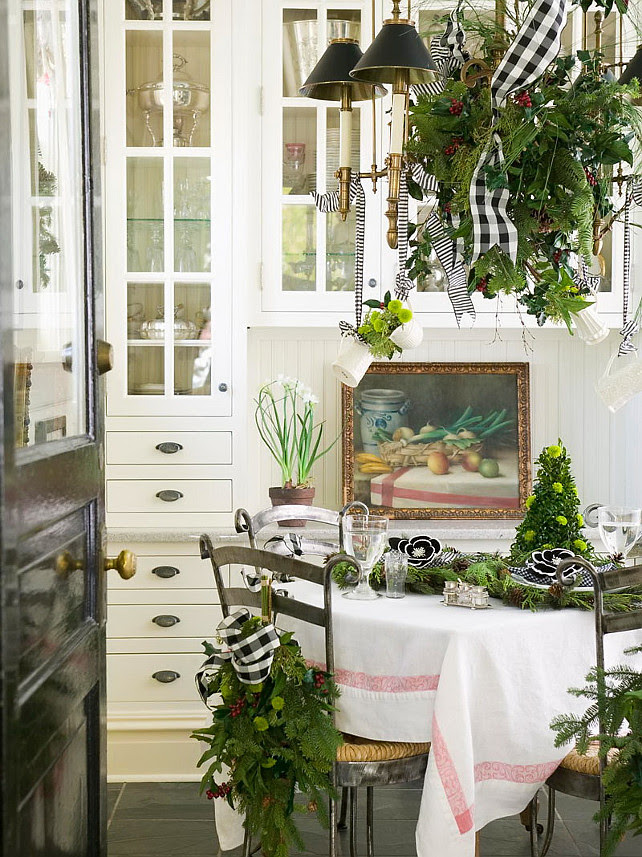 Dining Room Christmas Decor Ideas  #DiningRoomChristmasDecor #DiningRoomChristmasDecorIdeas.  Midwest Living via Nicety.