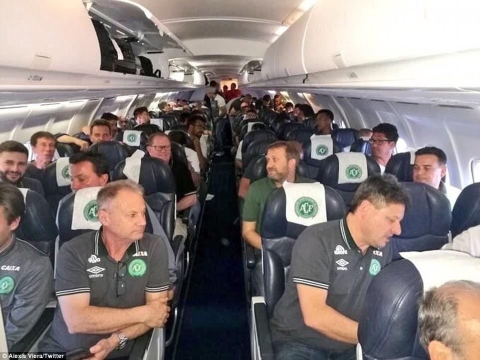 A equipa de futebol Chapecoense está retratado aqui em um avião.  Os futebolistas teve que mudar seu vôo e embarcar no avião que caiu depois que as autoridades brasileiras de aviação civil impediu de tomar um voo charter, que tem sido afirmado
