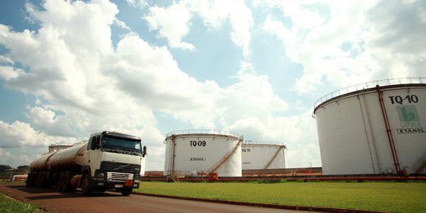Sertãozinho, SP, 29-10-2015. Venda de etanol cresce no país. Venda de etanol cresce em todo o país em 2015, enquanto gasolina tem queda. Caminhão tanque carregado com alcool deixa a usina São Francisco, em Sertãozinho, interior de São Paulo. Foto: Pierre Duarte/Folhapress. ***EXCLUSIVO FSP***AGÊNCIA FSP***