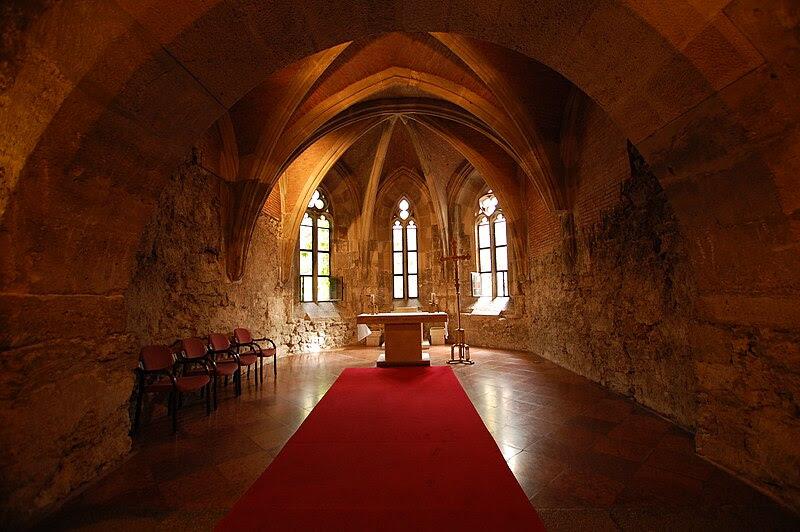 File:Buda castle interior church.JPG