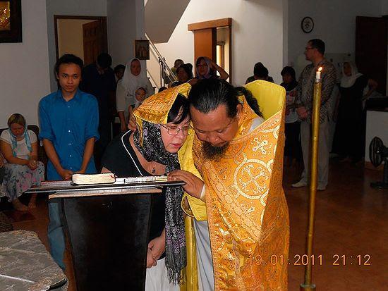 Fr. Ioasaph (Tandibilang) hearing a confession