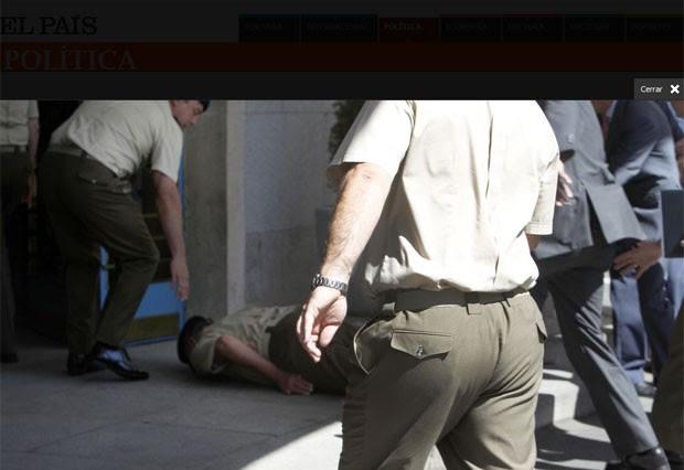 Rei Juan Carlos levou tombo e caiu nesta quinta (2) (Foto: Reprodução/El País)