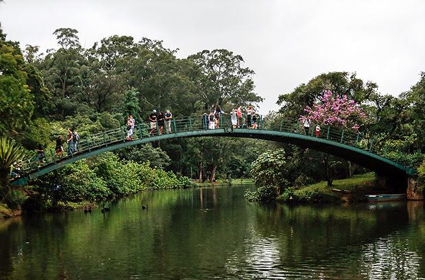 SÃO PAULO, SP, 08.04.2017: PARQUE-IBIRAPUERA - Pessoas em ponte no Parque do Ibirapuera, na zona sul de São Paulo. (Foto: Bruno Poletti/Folhapress)