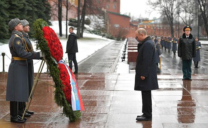 Il giorno del Difensore della Patria, il Presidente depose una corona sulla Tomba del Milite Ignoto