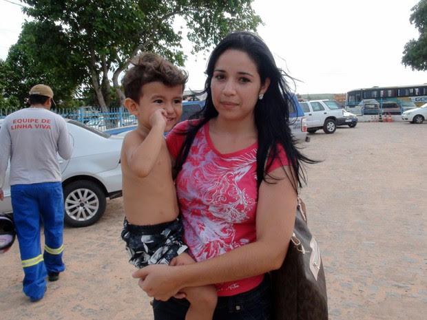 Ana Paula e o filho de dois anos saíram ilesos de acidente que matou 13 pessoas na BR-110, na Bahia (Foto: Henrique Mendes/G1)