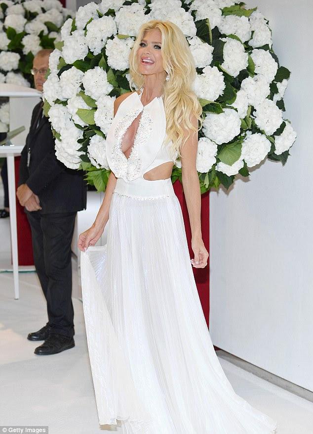 Tudo branco?  O modelo sueco Victoria Silvstedt, de 42 anos, era uma visão em um deslumbrante vestido branco com detalhes cortados que mostravam seus recursos não suportados