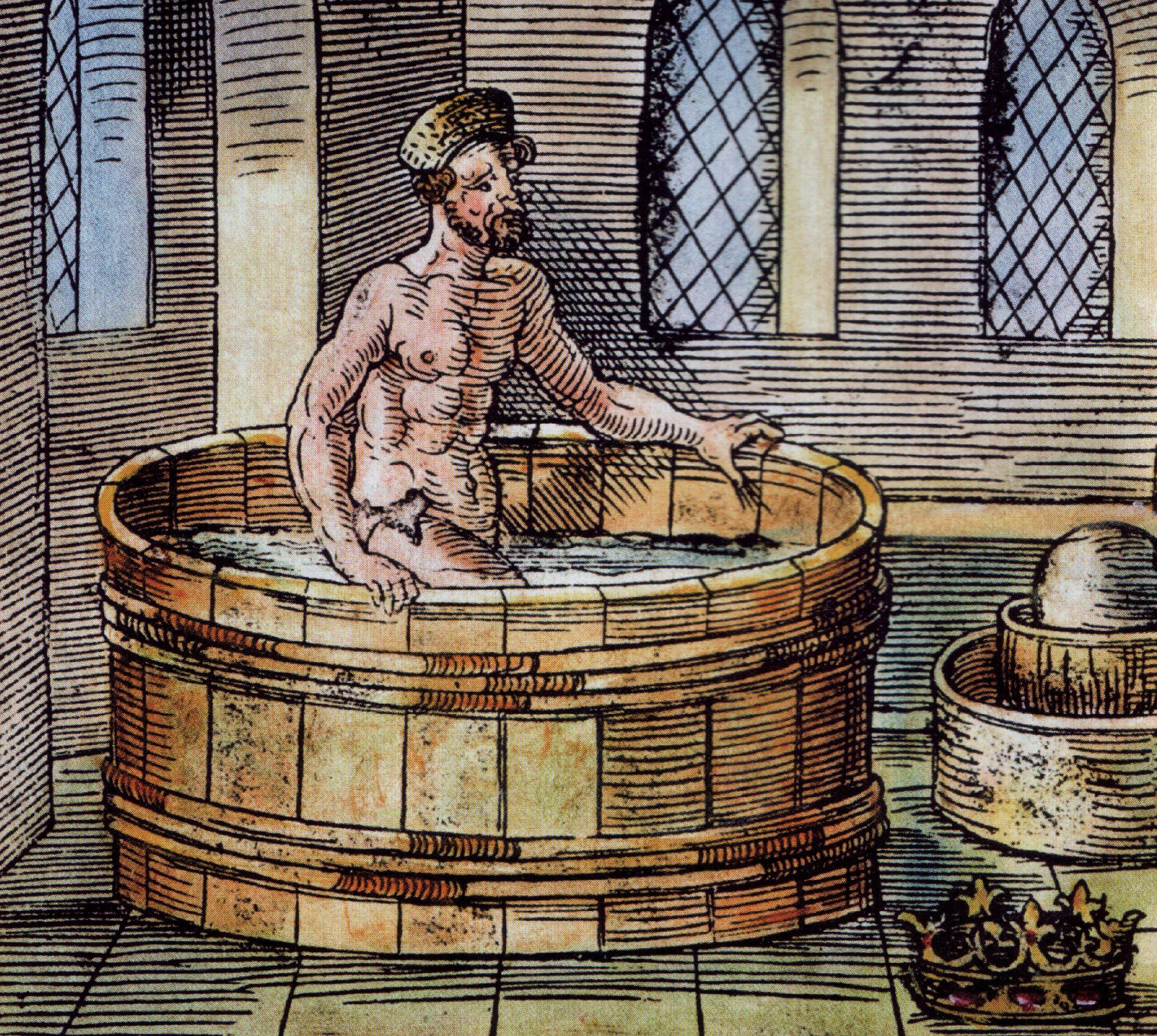 Gravura coloria em tons amarelados e amarronzados do filósofo, nu, dentro de uma banheira redonda.