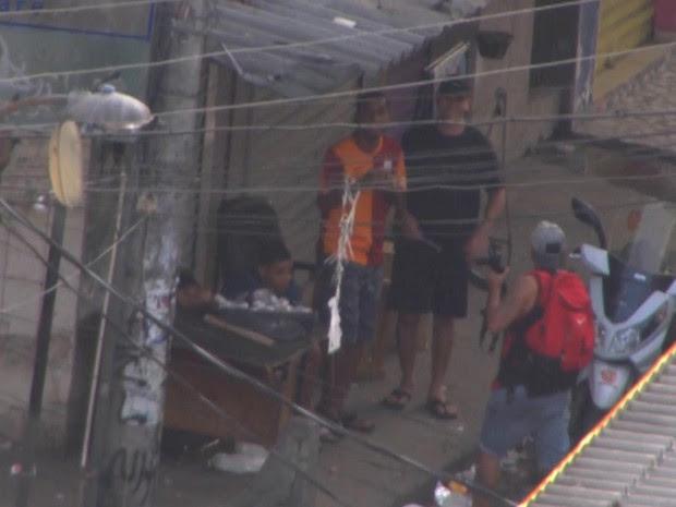 Criminosos vendem drogas na rua, em plena luz do dia, na Maré (Foto: Reprodução / TV Globo)