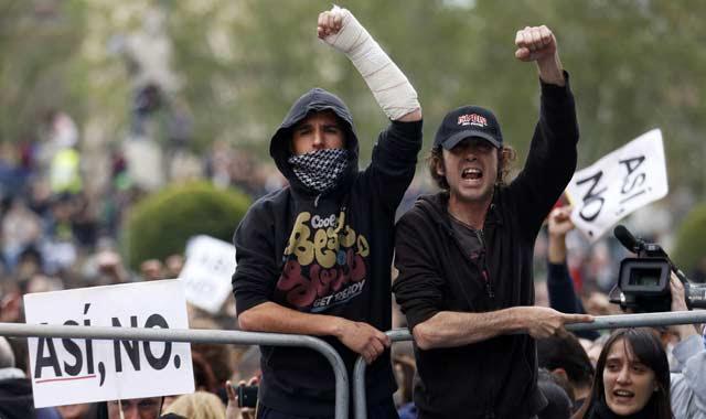 Manifestantes sobre las vallas frente al Congreso.