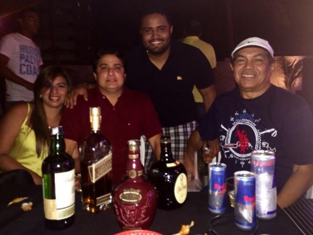 Luis Pablo (aniversariante de ontem) cercado pelo pai Luis Cardoso e o casal de empresários Katiane e Renato Dias