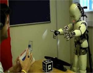Robô-criança aprende a falar conversando com as pessoas