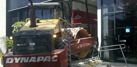 Trator permanece na frente da agência e trânsito está lento na Avenida Getúlio Vargas / Foto: Arline Lins / JC