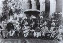 Maharajás indios junto al emisario británico. Ampliar imagen