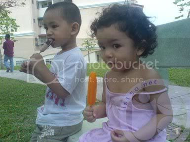 Photobucket - Nuqman dan ica makan ais-krim