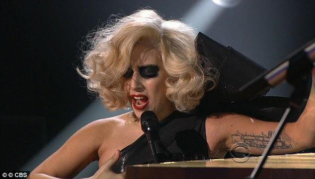 Quick chop: Mais tarde no show televisionado a cantora vestiu uma peruca curta Marilyn Monroe estilo