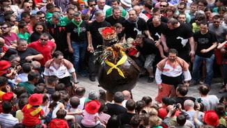 La comparsa de l'àliga es disposa a començar el seu ball, el més solemne de la Patum. Pla general. Imatge del 26 de maig del 2016 (Horitzontal)