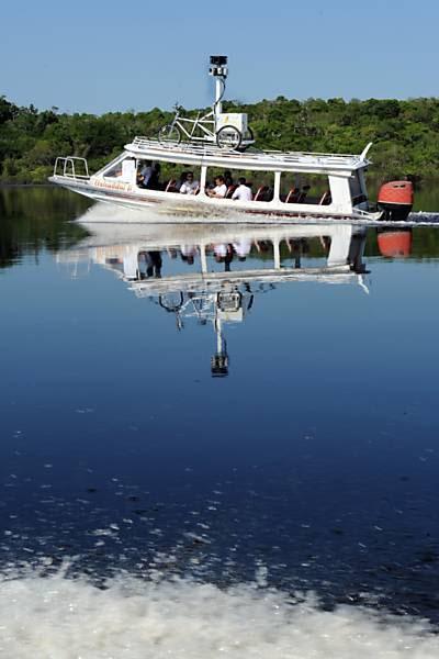 Voadeira (canoa com motor de popa) percorre rios da floresta amazônica para captar imagens em 360 graus Leia mais