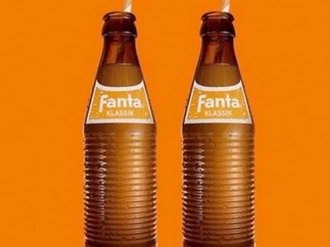 """Fanta fue inventado debido a un embargo comercial sobre la importación de jarabe de Coca-Cola en la Alemania nazi durante la Segunda Guerra Mundial. El entonces jefe de Coca-Cola Deutschland decidió crear una nueva bebida compuesta por ingredientes realmente disponibles en el país en ese momento, como suero y orujo. El resultado fue Fanta, que proviene de la palabra alemana """"Fantasie"""". Coca-Cola Fanta lanzó de nuevo en todo el mundo en 1955."""