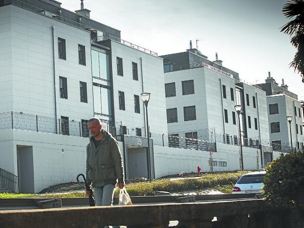 En Oinaurre. El Gobierno Vasco ha construido 80 viviendas públicas en régimen de alquiler. /  F. DE LA HERA