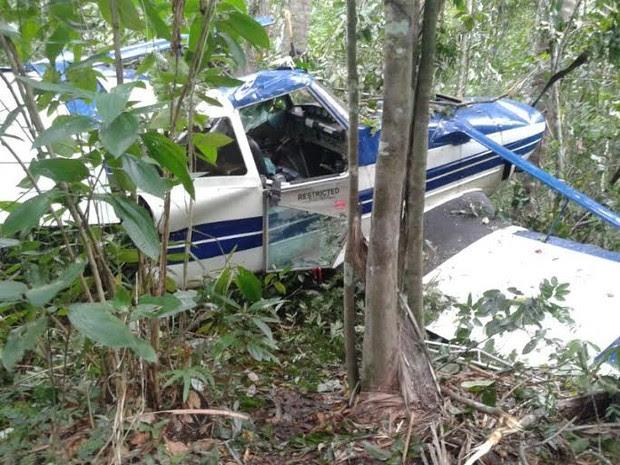 A aeronave ficou com as asas e a cauda danificadas, em Araguaína (Foto: Fabíola Séles/TV Anhanguera)