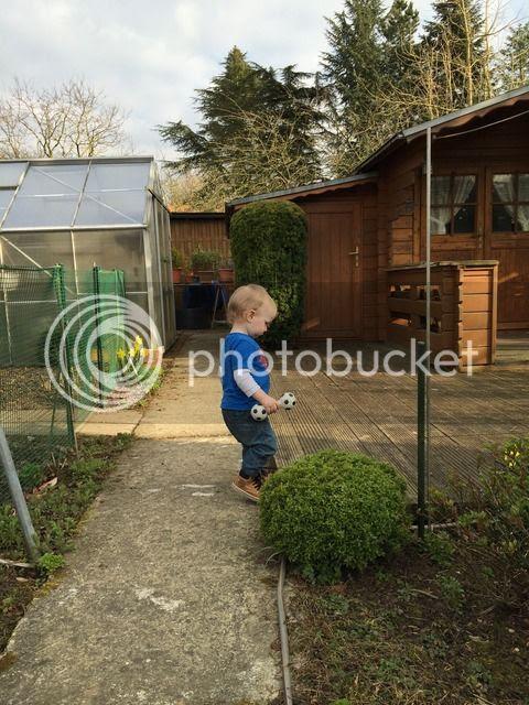 Jannes bei der Garten-Erkundung