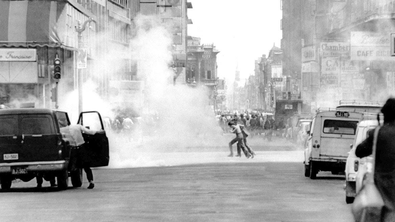 Octubre de 1972. Opositores al presidente Salvador Allende chocan con la policía en las calles de Santiago de Chile.