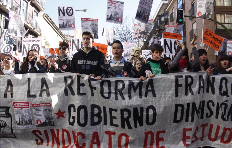 Cabecera de la manifestación estudiantil que ha recorrido el centro de la capital desde Atocha hasta la Puerta del Sol.