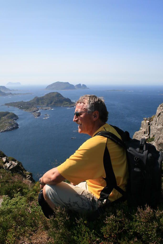 Guiden vår Martin tar en rast på veg oppover og venter på folket - i bakgrunnen ser man Kinnaklova