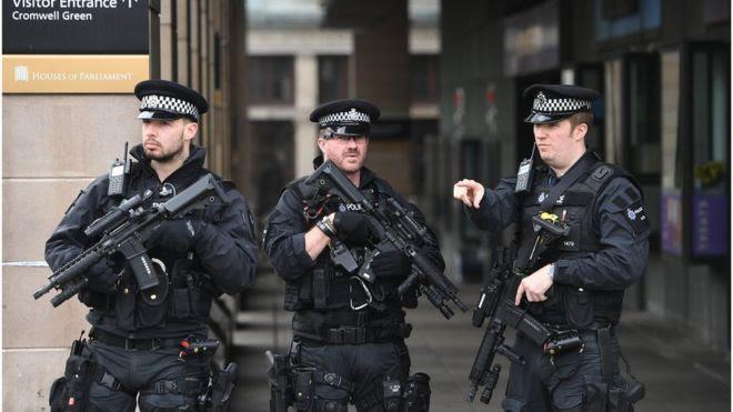 Policiais armados