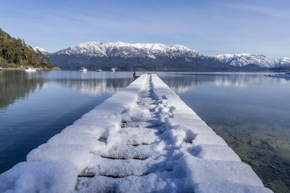 Neve cobre deque em Villa La Angostura, no sul da Argentina (Foto: AP Photo/Federico Grosso)
