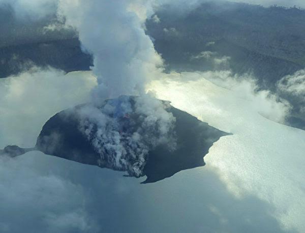 2017年9月25日,煙、灰和火山岩從瓦努阿圖的安巴海島上一座噴發火山的火山口噴發出來。(THOMAS BOYER/AFP/Getty Images)