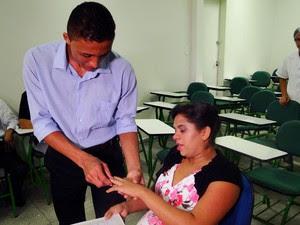 Noivos trocaram alianças. A aliança de Fabiana, porém, não entrou devido ao inchaço das mãos. (Foto: Ricardo Araújo/G1)