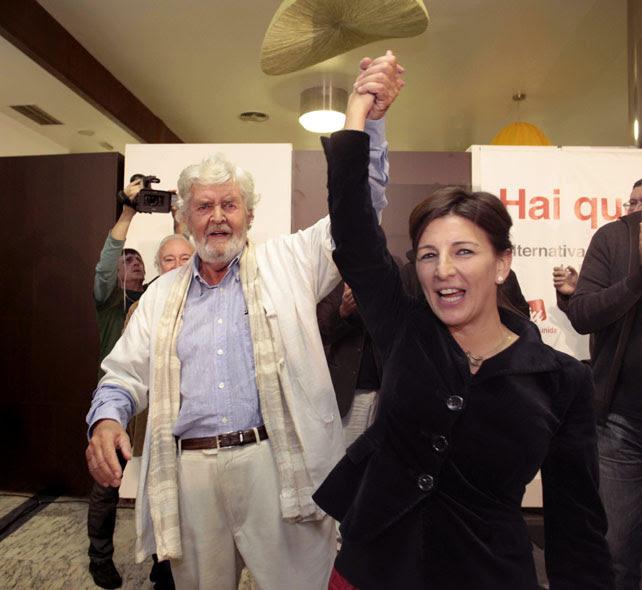 Xosé Manuel Beiras y Yolanda Díaz, números uno y dos por A Coruña de Alternativa Galega de Esquerda, celebran su triunfo este 21-O.-
