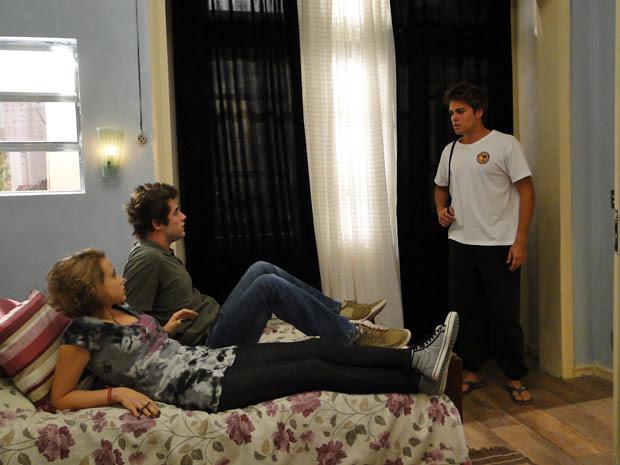 Furioso, Betão pergunta o que os dois estão fazendo juntos na cama (Foto: Malhação / TV Globo)