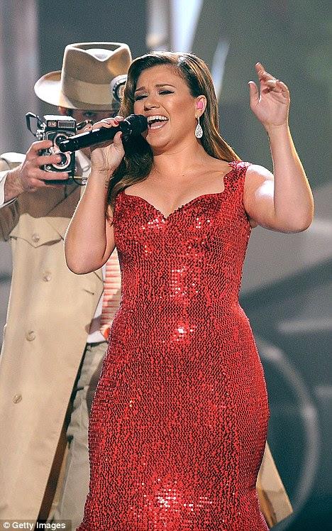 Outra grande voz: America ídolo estrela Kelly Clarkson também parece ter ganhado peso na premiação AMA