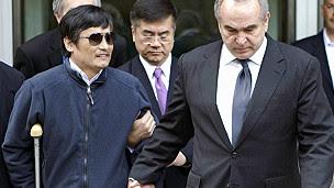 Ông Trần được các quan chức ngoại giao Mỹ hộ tống