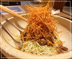 これまた酒のアテだった牛すじのサラダ。お肉どっさり。