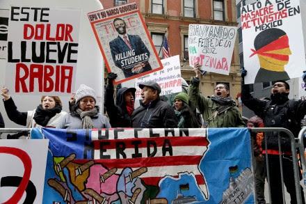 Familiares de los normalistas desaparecidos protestan en Nueva York. Foto: AP / Seth Wenig