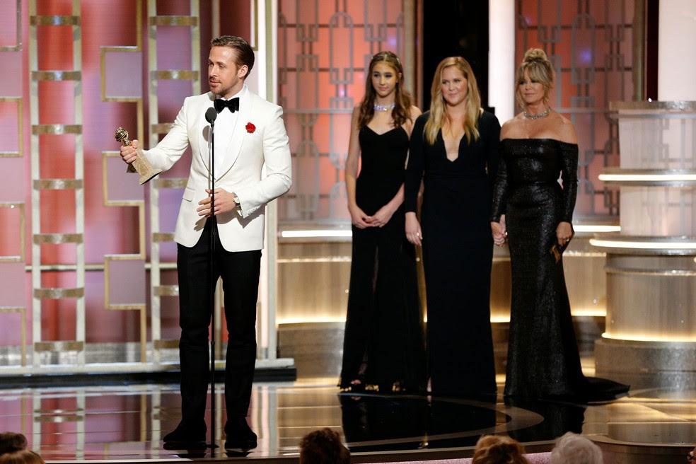 Ryan Gosling recebe o prêmio de melhor ator em comédia ou musical pelo filme 'La la land: Cantando estações', no Globo de Ouro 2017 (Foto:  Paul Drinkwater/Cortesia da NBC/Reuters)