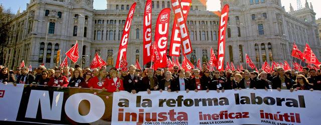Cabecera de la manifestación contra la reforma laboral a su paso por el Ayuntamiento de Madrid,.- G. Cuevas