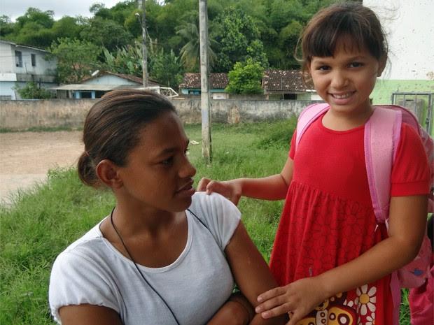 Maria Letícia e a mãe, Maria Luziara Lopes, escola Aníbal Varejão, Jaboatão dos Guararapes. (Foto: Katherine Coutinho/G1)