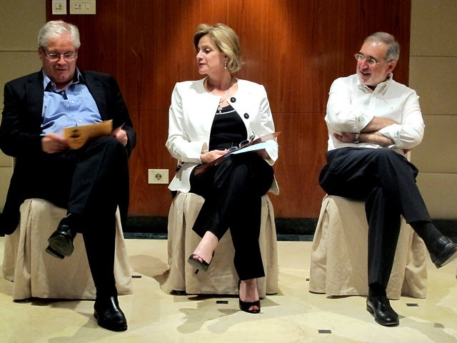 Jean Zermatten, presidente del comité, Jorge Cardona, miembro español, y Pilar Nores, miembro del comité de Perú y Argentina