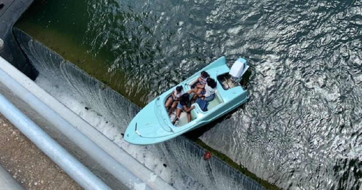 'Kletsende vriendinnen' letten niet op en komen vast te zitten bovenop dam