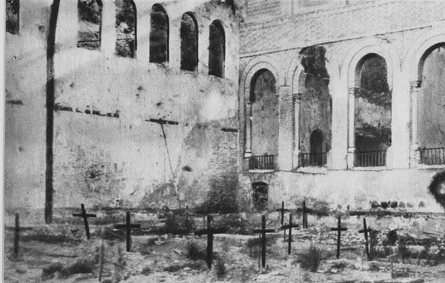 Cementerio improvisado por los sitiados para enterrar sus bajas en el picadero del Alcázar