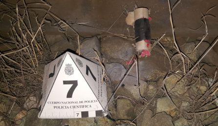 Una de las carcasas de los explosivos lanzados a las obras del AVE