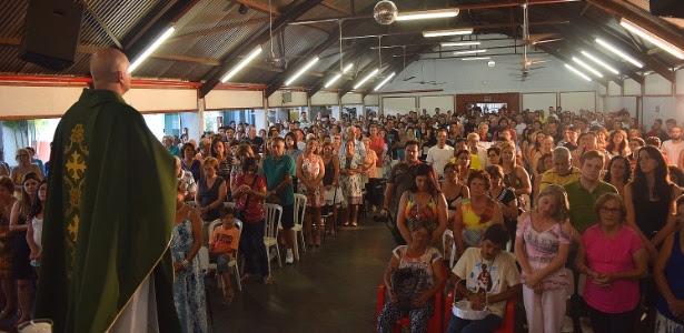 Cerca de 500 pessoas acompanham missa alternativa celebrada em Bauru