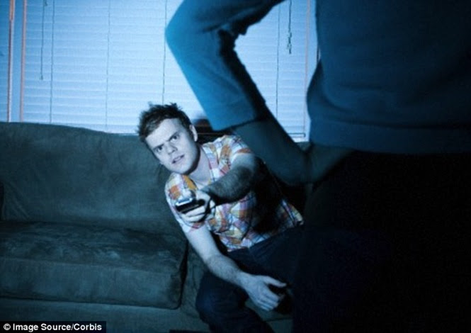 Homens não conseguem escutar a parceira quando estão entretidos assistindo TV, revela estudo