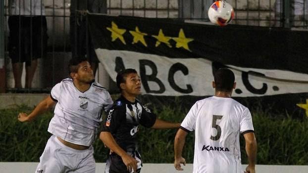 Jogadores de ABC e Bragantino disputam bola durante empate na Série B