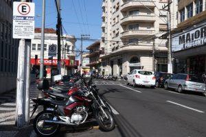 Nos bolsões identificados as motos estarão isentas da utilização das cartelas no estacionamento rotativo